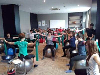 Matronas practicando con la banda elastica y la pelota de fit