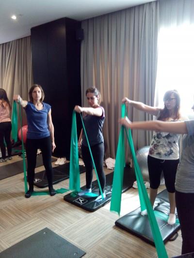 Matronas practicando con la banda elastica