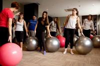 """Maite, la profesora del curso """"pilates para gestantes"""", explicando un ejercicio con la pelota"""