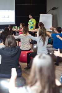 """Roberto explicando a las matronas que asisten al curso """"pilates para gestantes"""""""